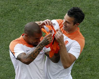Netherlands' national soccer player Robin Van Persie (R) jokes with his teammate Wesley Sneijde during their 2014 World Cup training session at the Corinthians arena in Sao Paulo June 22, 2014. REUTERS/Paulo Whitaker (BRAZIL - Tags: SPORT SOCCER WORLD CUP)