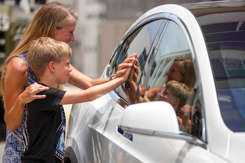 astronaut karen nyberg son waves waving goodbye touches presses hand window doug hurley tesla demo2 demo 2 rocket launch attempt kennedy space center ksc florida may 27 2020 GettyImages 1215625217.jog