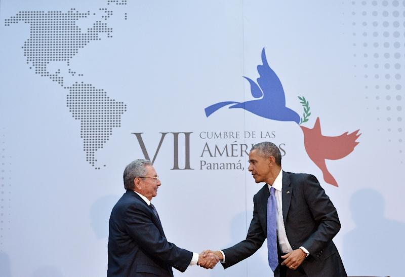 President Barack Obama (R) shakes hands with Cuba's President Raul Castro during their meeting on the sidelines of the Summit of the Americas, in Panama City, on April 11, 2015 (AFP Photo/Mandel Ngan)