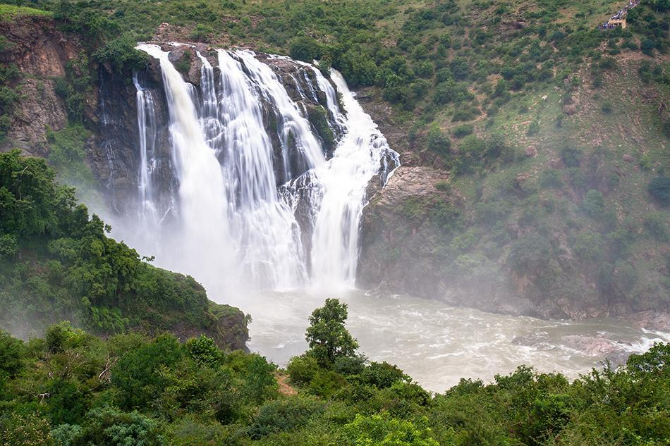 Barachukki: The spectacular Barachukki Falls are on the eastern branch of the Cauvery River and located just over an hour's drive from Bangalore. A visit to these falls, along with one to the forceful Gaganachukki nearby, make for a refreshing day-trip.