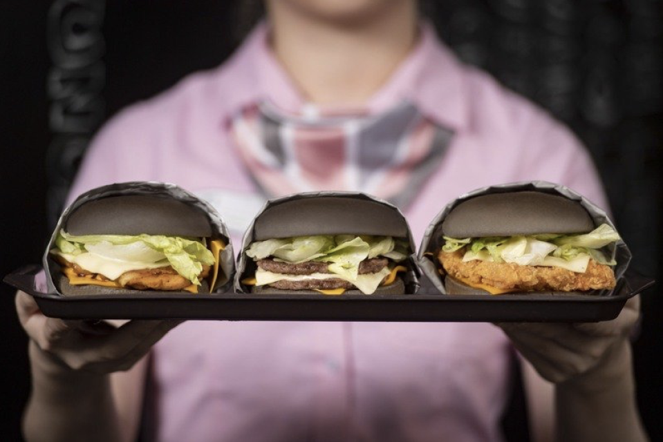 <p>麥當勞5月6日至6月9日推出期間限定三款墨魚黑堡 McDonald's is promoting three limited 'cuttlefish juice burgers' from May 6 to June 9.(Courtesy of McDonald's)</p>