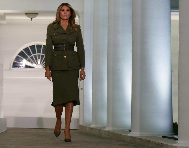 El 'look' militar de Melania Trump, con un conjunto color olivo de corte marcial. (Photo by Alex Wong/Getty Images)