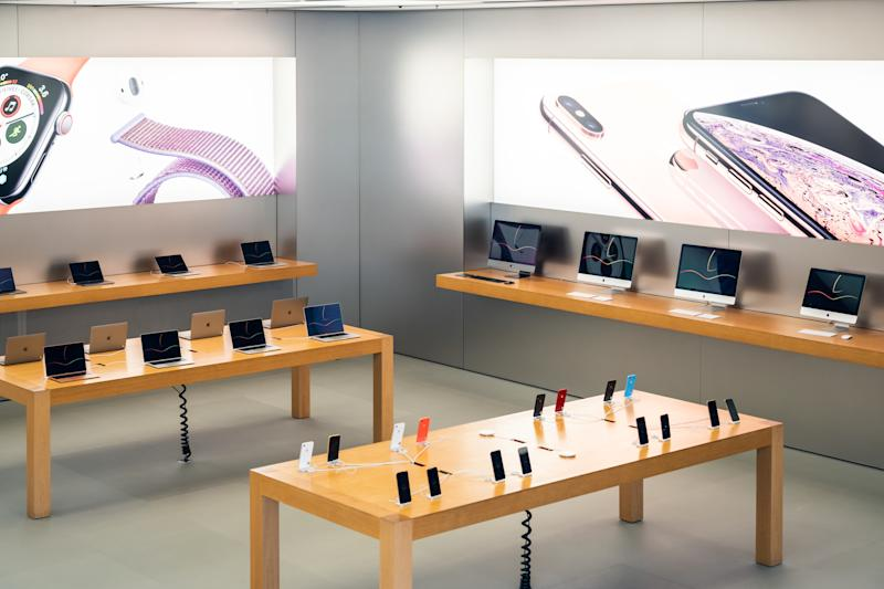 SHANGHAI, CHINA - 2019/07/22: American multinational technology company Apple retail store seen with Macbook, iMac and iPhone products. (Photo by Alex Tai/SOPA Images/LightRocket via Getty Images)