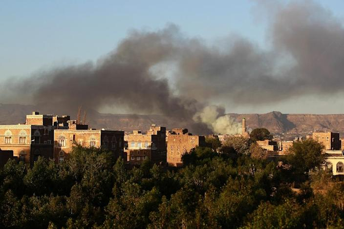 Smoke billows following an air-strike by the Saudi-led coalition targeting an arms depot in Yemen's capital Sanaa September 11, 2015 (AFP Photo/Mohammed Huwais)