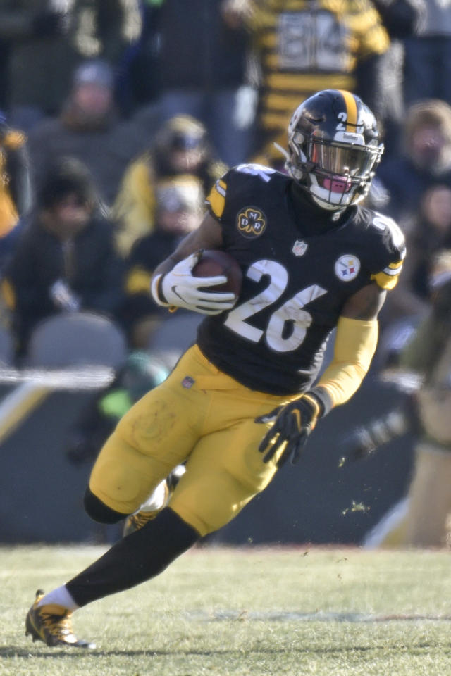Pittsburgh Steelers running back Le'Veon Bell (26) plays in an NFL football game against the Jacksonville Jaguars, Sunday, Jan. 14, 2018, in Pittsburgh. (AP Photo/Don Wright)