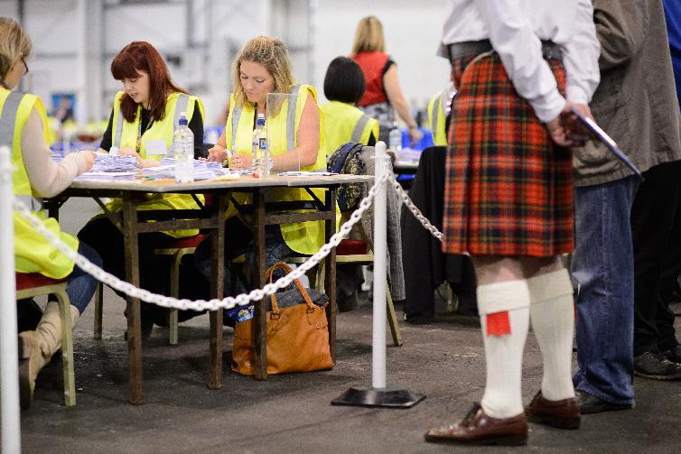 An observer watches the count take place at the Royal Highland Centre counting hall in Edinburgh, on September 19, 2014 (AFP Photo/Leon Neal)