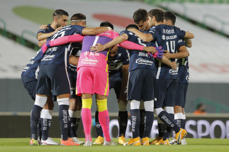 TORREON, MEXICO - SEPTEMBER 09: Palyers of Pumas gather during the 9th round match between Santos Laguna and Pumas UNAM as part of the Torneo Guard1anes 2020 Liga MX at Corona Stadium on September 9, 2020 in Torreon, Mexico. (Photo by Manuel Guadarrama/Getty Images)