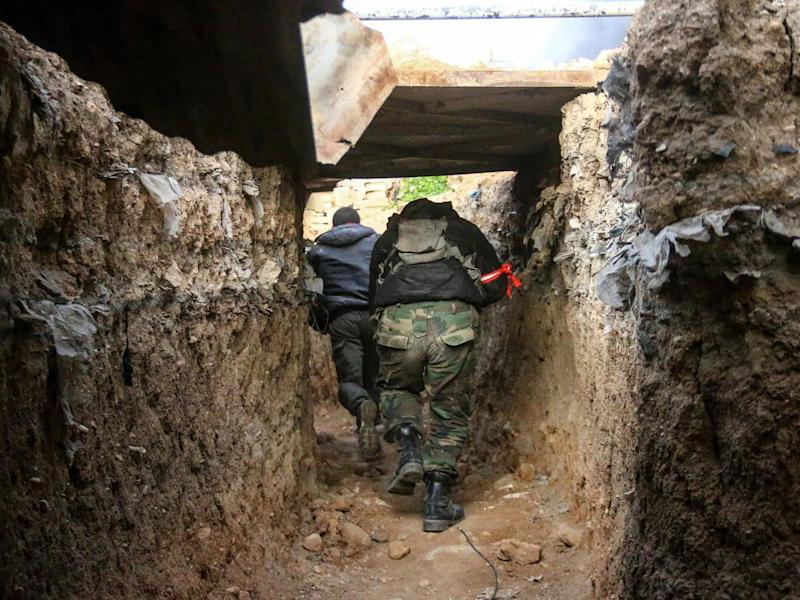 Opposition forces members break through in a tunnel as clashes between opposition forces and Assad regime forces continue in Jobar and Qabun district of Damascus (Anadolu Agency)