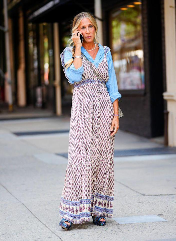 <p>Carrie Bradshaw wears Forever 21? SJP was seen wearing a sundress from the fast-fashion brand over a chambray top and glittery platform heels while filming in New York City. </p>