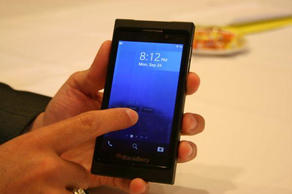 BlackBerry Z10 Looks Like iPhone 5, Takes on Siri