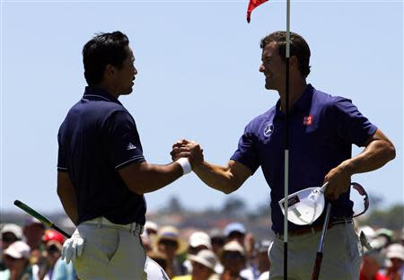 Australia's Adam Scott (R) shakes hands with playing partner and fellow countryman Jason Day after they finished their first rounds of the Australian Open golf tournament at Royal Sydney Golf Club November 28, 2013. U.S. Masters champion Scott confirmed his remarkable form by carding a course record 10-under-par 62 in the first round of the Australian Open on Thursday. REUTERS/David Gray
