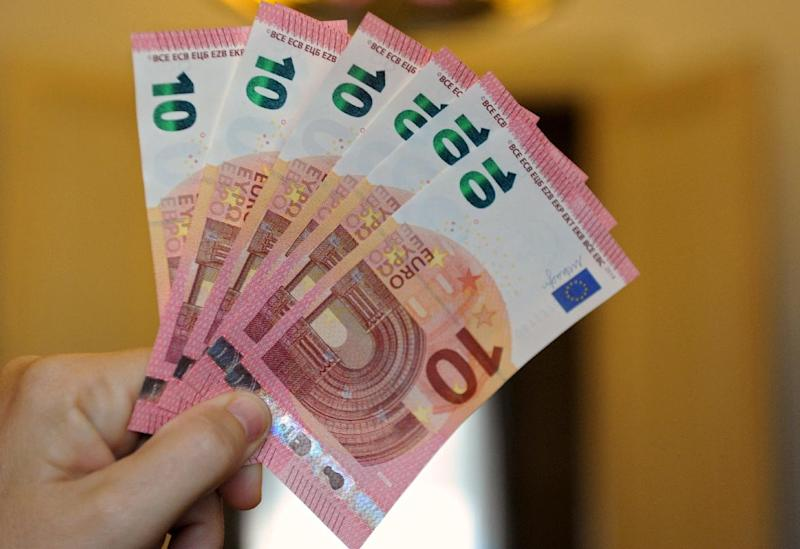 A staff member of the Bank de France shows the new 10-euro banknotes, on September 23, 2014 (AFP Photo/Eric Piermont)