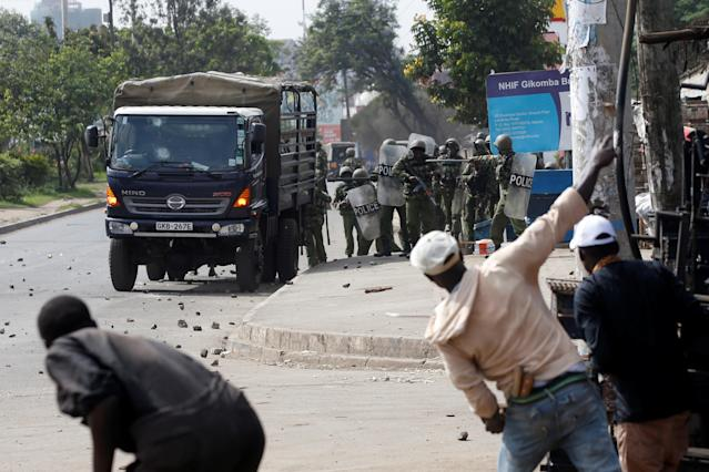 <p>Supporters of Kenyan opposition National Super Alliance (NASA) coalition throw stones at police in Nairobi, Kenya, Nov. 17, 2017. (Photo: Baz Ratner/Reuters) </p>