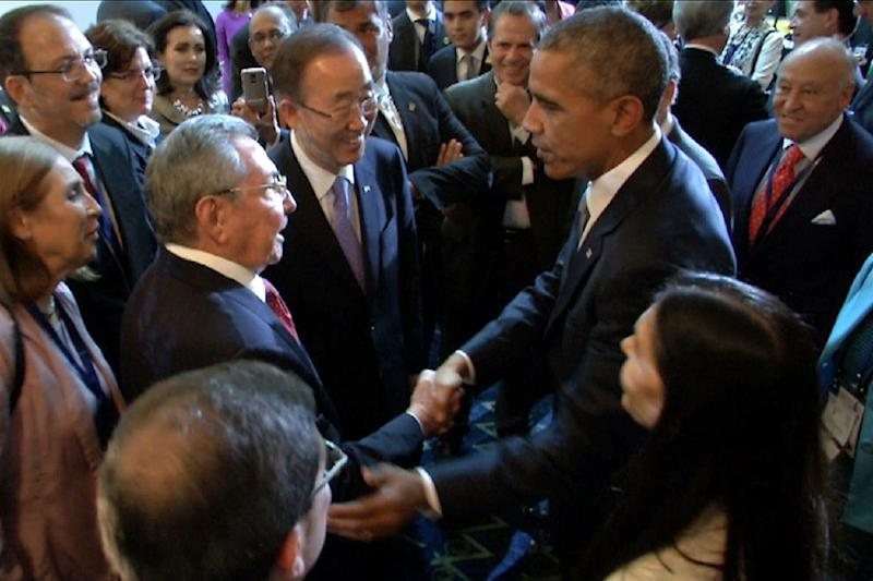 Screen grab from a video released by the Panamanian presidential office showing US President Barack Obama (R) and Cuba's Raul Castro shaking hands during the VII America Summit, in Panama City, on April 10, 2015 (AFP Photo/)