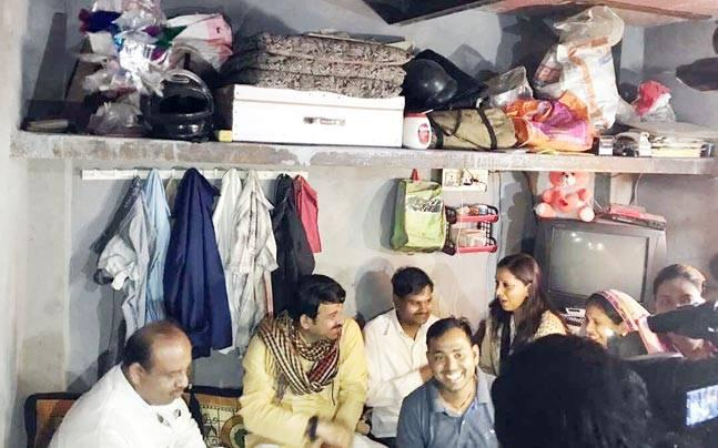 Manoj Tiwari eats with slum dwellers; takes jibe at Kejriwal, says work is done here, not in AC rooms
