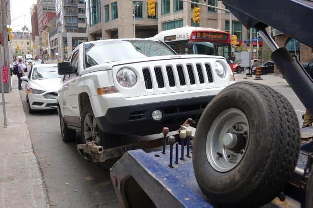 The recommendations coming before the community and protective services committee on Sept. 16 would give the City of Ottawa the power to set rates and require licensing for tow truck and storage facility operators. (Laura Osman/CBC - image credit)