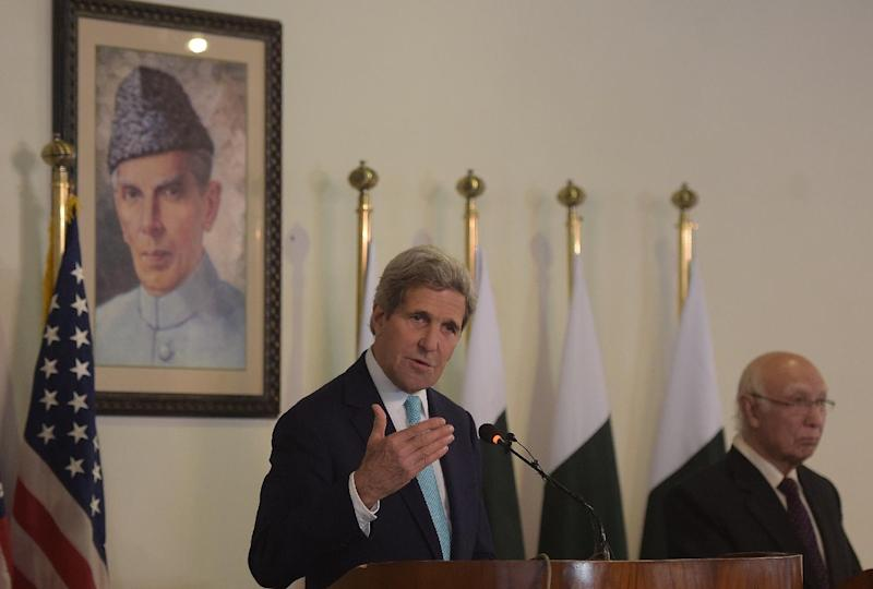 US Secretary of State John Kerry (L) speaks during a joint press conference with Pakistan's National Security Advisor Sartaj Aziz at the Foreign Ministry in Islamabad on January 13, 2015 (AFP Photo/Aamir Qureshi)