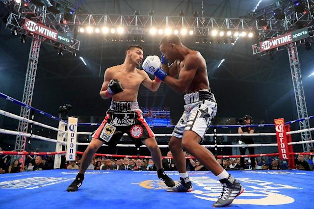 Errol Spence (R) improved to 24-0 with an easy first round knockout of Carlos Ocampo to retain his International Boxing Federation welterweight title (AFP Photo/TOM PENNINGTON)