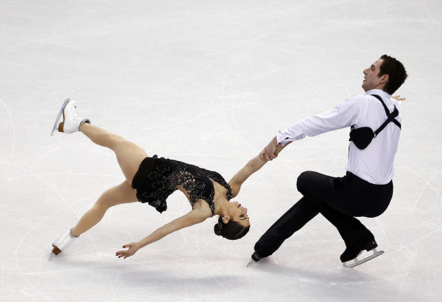 Marissa Castelli and Simon Shnapir compete during the pairs free skate at the U.S. Figure Skating Championships in Boston, Saturday, Jan. 11, 2014. (AP Photo/Elise Amendola)