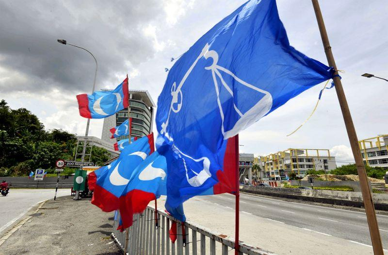 Umno and Barisan Nasional came away with just Perlis, Pahang and Sarawak, the first of which remains leaderless as the Raja Perlis has yet to appoint a mentri besar. — Picture by Ham Abu Bakar