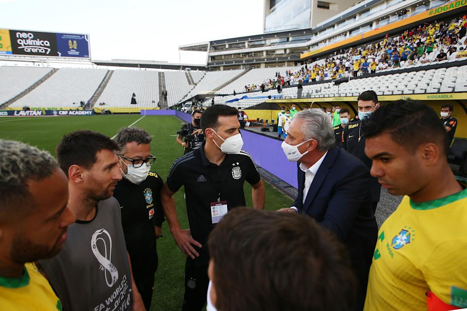 SAO PAULO, BRAZIL - SEPTEMBER 05: Head coach of Argentina Lionel Scaloni talks to Tite head coach of Brazil after the match between Brazil and Argentina was interrupted by Brazilian health authorities as part of South American Qualifiers for Qatar 2022 at Arena Corinthians on September 05, 2021 in Sao Paulo, Brazil.  The match was suspended after Brazilian health authorities interrupted the match after five minutes of play to deport four Premier League-based Argentine players. (Photo by Gustavo Pagano/Getty Images)