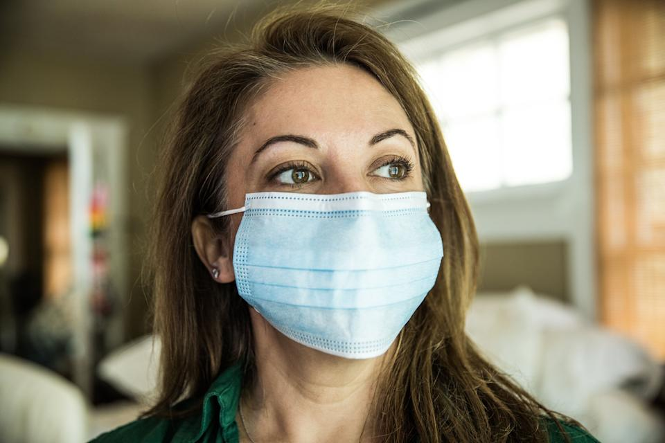 Woman wearing surgical mask (Photo: MoMo Productions via Getty Images)