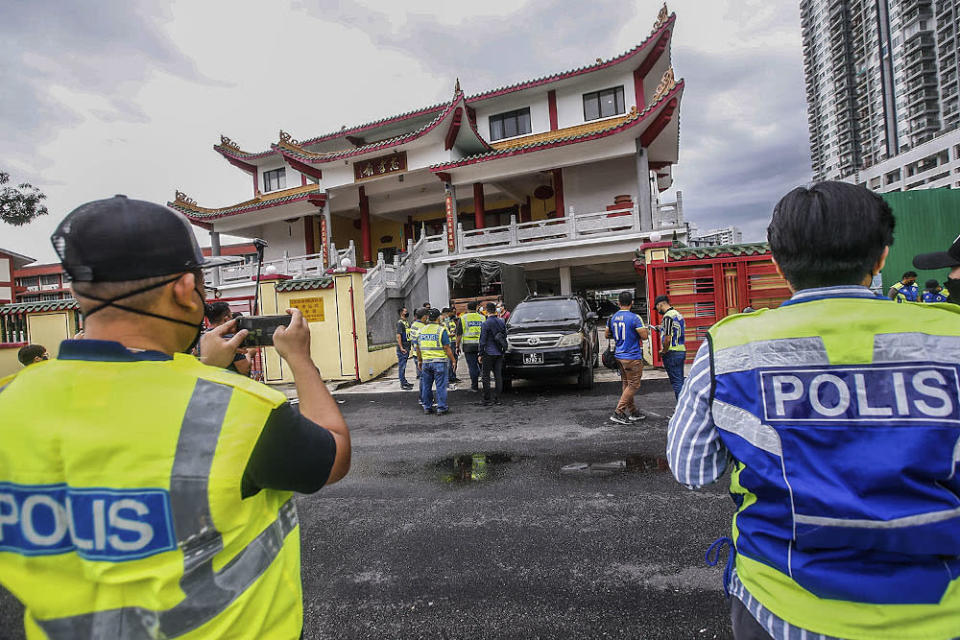 Police on standby at the Wong Low Shen See Chee How Temple near Salak Selatan after several arrests were made in regards to a demolition protest September 29, 2021. ― Picture by Hari Anggara