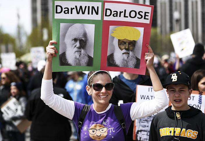 """<p>People participate in a """"March for Science"""" rally in Chicago, April 22, 2017. People around the world participated in rallies protesting what they see as an """"assault on facts"""" by populist politicians. (Photo: Bilgin Sasmaz/Anadolu Agency/Getty Images) </p>"""