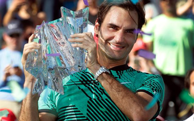 <span>Roger Federer gets his hands on the Indian Wells trophy</span>