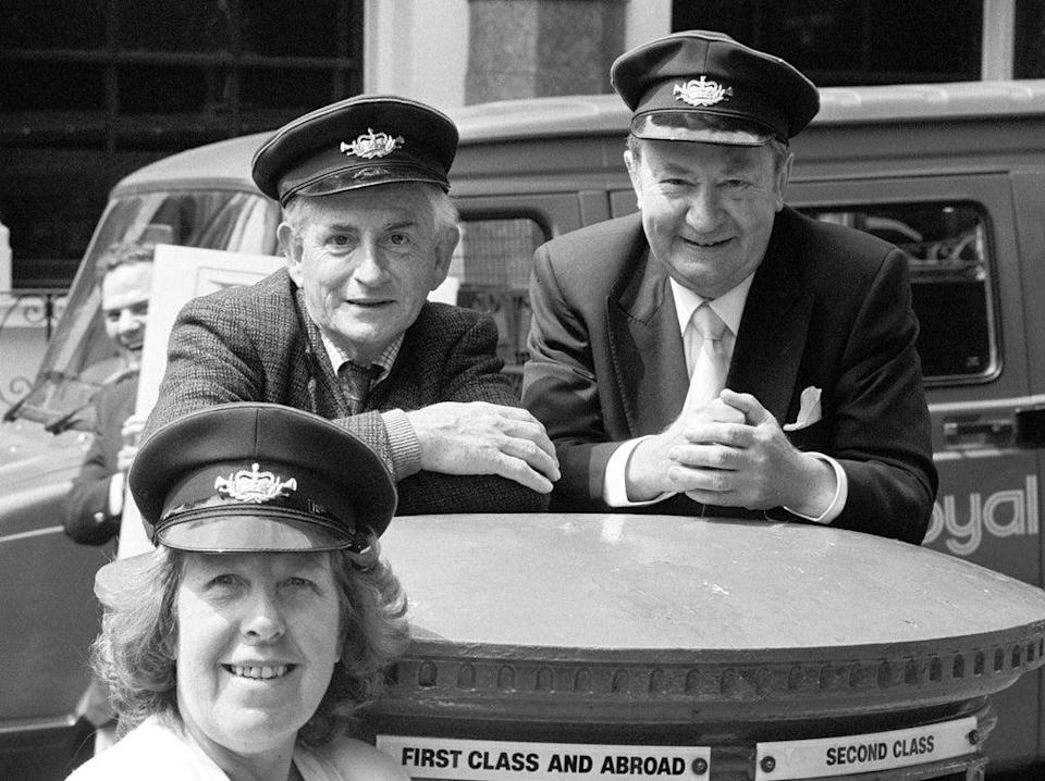 BBC stars Robert Fyfe (left), Peter Sallis (right) and Kathy Staff appearing in London to promote the launch of a Royal Mail guide to its postbus network in 1989  (PA)