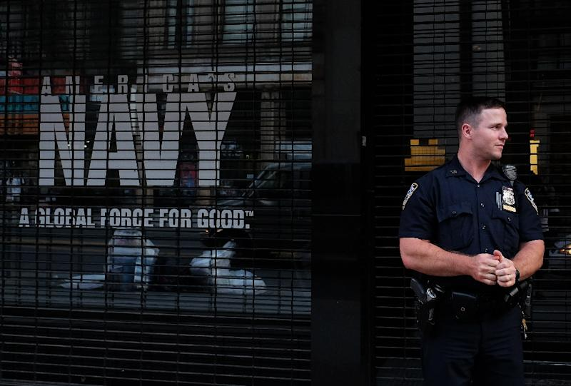 A New York Police Department (NYPD) officer guards a closed US Naval Officer Recruiting center in downtown Manhattan, New York, on July 16, 2015 (AFP Photo/Jewel Samad)