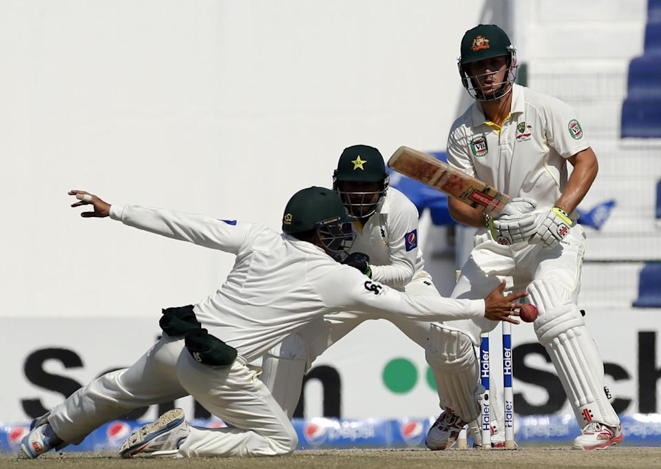 Pakistan's Azhar Ali (L) reaches for a shot from Australia's Mitchell Marsh (R) during the fifth day of the second Test in Abu Dhabi on November 3, 2014 (AFP Photo/Karim Sahib)