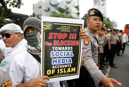 Muslim protesters rally outside the local Facebook office, angry over the social media giant's blocking of some sites, in Jakarta, Indonesia January 12, 2018. REUTERS/Darren Whiteside