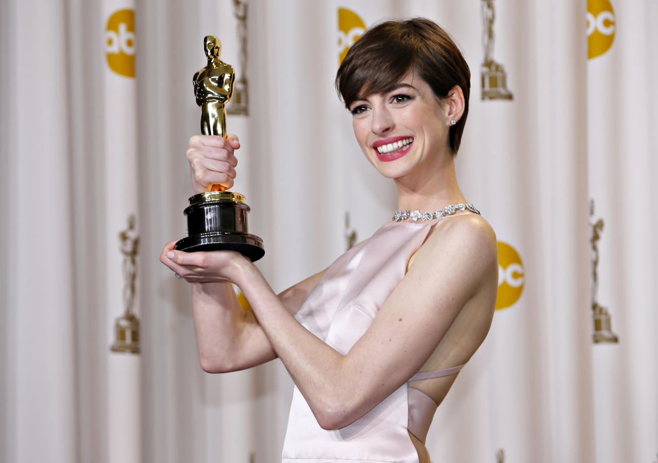 """Anne Hathaway holds her Oscar for winning Best Supporting Actress for her role in """"Les Miserables"""" at the 85th Academy Awards in Hollywood, California February 24, 2013.  REUTERS/Mike Blake   (UNITED STATES TAGS: - Tags: ENTERTAINMENT)  (OSCARS-BACKSTAGE)"""