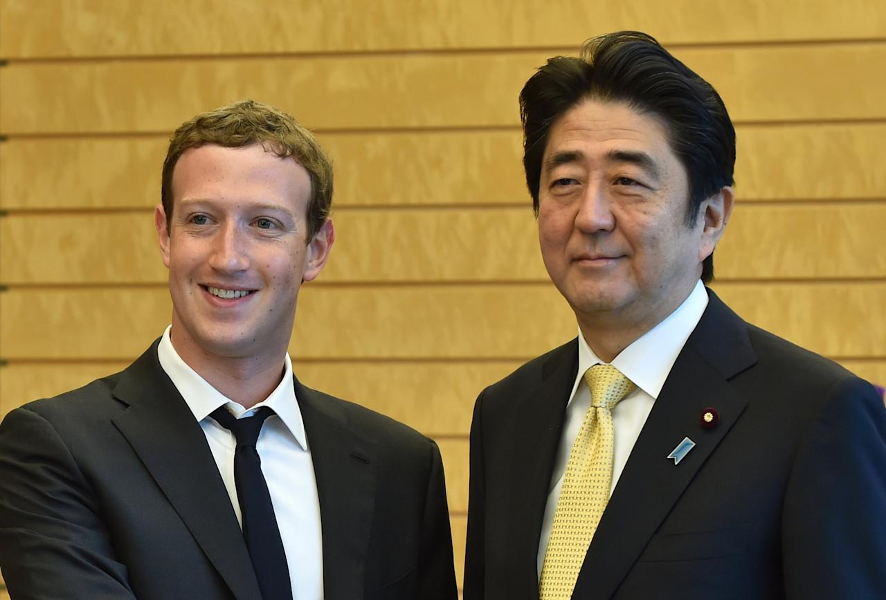 Mark Zuckerberg (L), founder and CEO of Facebook, meets with Japan's Prime Minister Shinzo Abe at Abe's official residence in Tokyo October 20, 2014.  REUTERS/Kazuhiro Nogi/Pool (JAPAN - Tags: BUSINESS POLITICS)