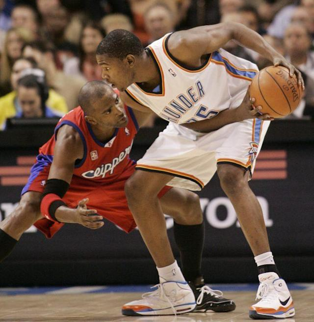 Durant works against the Clippers' Cuttino Mobley in 2008. (AP)