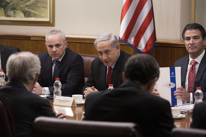 Israeli Prime Minister Benjamin Netanyahu (C) speaks during a meeting with US Senators on January 19, 2015 at the Prime Minister's office in Jerusalem (AFP Photo/Abir Sultan)