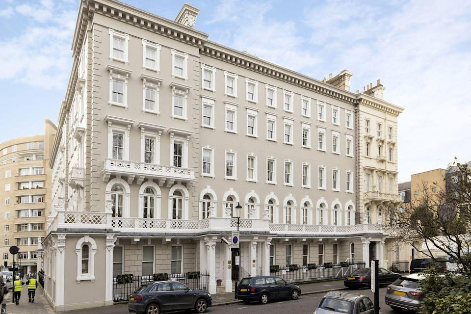 """<p>We love this well-presented flat, which has a grand entertaining space, seriously smart <a href=""""https://www.housebeautiful.com/uk/decorate/a34943483/interior-trends-ranked/"""" rel=""""nofollow noopener"""" target=""""_blank"""" data-ylk=""""slk:interiors"""" class=""""link rapid-noclick-resp"""">interiors</a>, excellent room proportions and fully fitted kitchen with a <a href=""""https://www.housebeautiful.com/uk/decorate/kitchen/a28841957/breakfast-bar-ideas/"""" rel=""""nofollow noopener"""" target=""""_blank"""" data-ylk=""""slk:breakfast bar"""" class=""""link rapid-noclick-resp"""">breakfast bar</a>. If you're a city dweller looking for somewhere exceptional to reside, this property hits the spot. </p><p><a href=""""https://www.knightfrank.co.uk/properties/residential/for-sale/lowndes-court-lowndes-square-london-sw1x/sla012062944"""" rel=""""nofollow noopener"""" target=""""_blank"""" data-ylk=""""slk:This property is currently on the market for £2,650,000 via Knight Frank."""" class=""""link rapid-noclick-resp"""">This property is currently on the market for £2,650,000 via Knight Frank.</a><br></p>"""