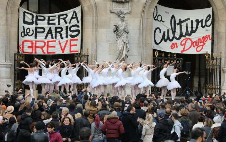 Ballet dancers from the Paris Opera have never before taken to the streets (AFP Photo/ludovic MARIN)