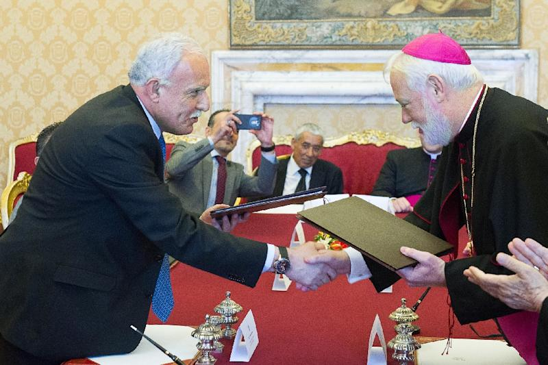 Vatican State Relations secretary Paul Richard Gallagher (R) with Palestinian Foreign Minister Riad al-Malki after signing the accord at the Vatican on June 26, 2015 (AFP Photo/-)