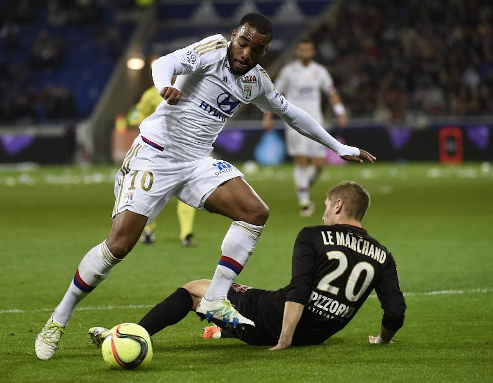 Lyon's Alexandre Lacazette (L) fights for the ball with Nice's Maxime Le Marchand during their French Ligue 1 match, at the Parc Olympique Lyonnais in Decines-Charpieu near Lyon, on April 15, 2016 (AFP Photo/Philippe Desmazes)