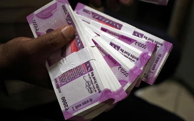 <p>Central government employees have been demanding that the basic minimum pay be hiked from Rs 18,000 to Rs 26,000 per month.</p>