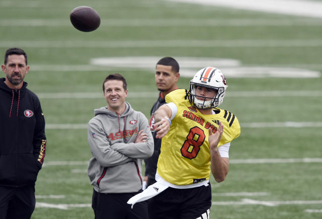 Jarrett Stidham performed well at the 2019 Senior Bowl under the watchful eye of Kyle Shanahan (L). (John David Mercer/USA TODAY Sports)