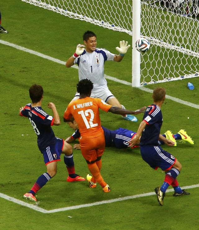 Ivory Coast's Wilfried Bony tries unsuccessfully to score past Japan's goalkeeper Eiji Kawashima and Japan's Masato Morishige (6) during their 2014 World Cup Group C soccer match at the Pernambuco arena in Recife June 14, 2014. REUTERS/Ruben Sprich (BRAZIL - Tags: SOCCER SPORT WORLD CUP)