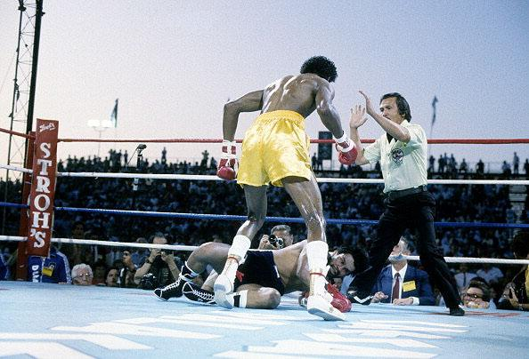 Thomas Hearns stands over Roberto Duran after knocking him out
