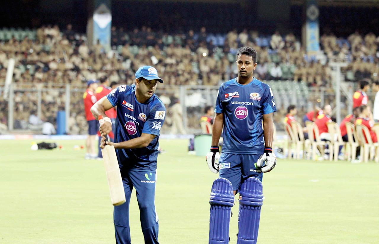 Mumbai Indians assistant coach Robin Singh gives Pragyan Ojha some batting tips at the Wankhede Stadium on 8 April 2013. (Yogen Shah)