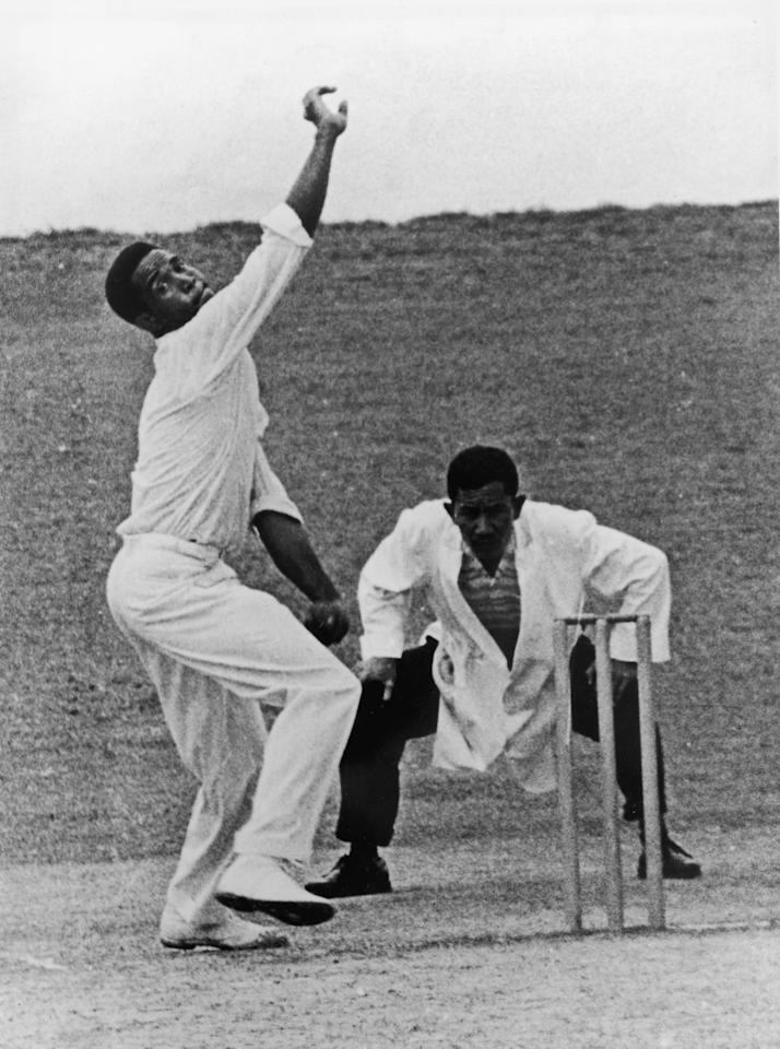 West Indies all round cricketer Garfield Sobers bowling, April 1963. (Photo by Central Press/Hulton Archive/Getty Images)