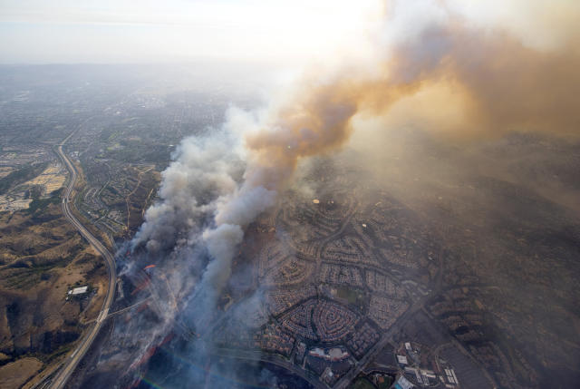 <p>A wildfire moves closer to North Tustin homes along the 261 freeway in Tustin, Calif., Monday, Oct. 9, 2017. (Photo: Cindy Yamanaka/The Orange County Register via AP) </p>