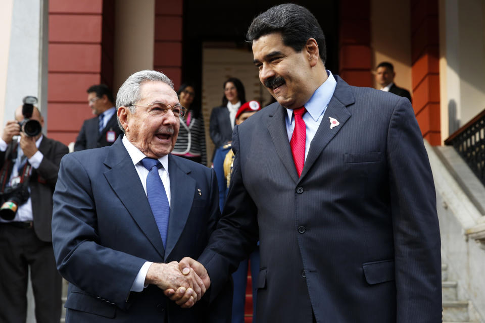 Venezuela's President Nicolas Maduro (R) and Cuban counterpart Raul Castro shake hands during an ALBA alliance summit in Caracas March 17, 2015. Leaders of Latin America's left-wing ALBA bloc of nations (Bolivarian Alliance for the Peoples of Our America) are holding an extraordinary meeting in Caracas on Tuesday to express their support for Venezuela after Washington declared the oil-rich country a national security threat on Monday, March 9, and ordered sanctions against seven officials from the South American nation.    REUTERS/Carlos Garcia Rawlins (VENEZUELA - Tags: POLITICS TPX IMAGES OF THE DAY)