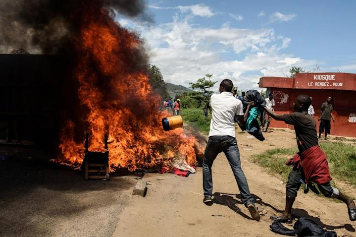People burn mattresses looted from the local police post on May 13, 2015 in Musaga neighborhood in Bujumbura, during a protest against incumbent president Pierre Nkurunziza's bid for a 3rd term (AFP Photo/Jennifer Huxta)